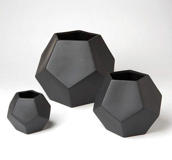 geometrische figuren im interior design vasen schawarz matt