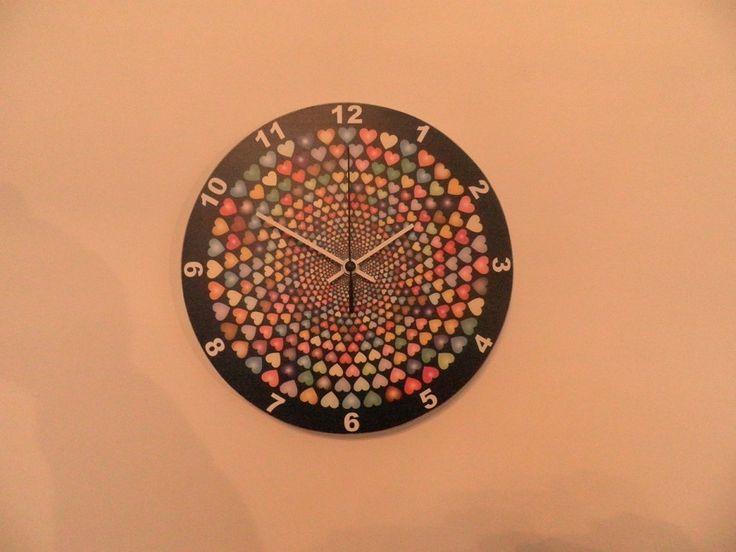 Szivecskés óra csendes óraszerkezettel. Coloured harts wall clock with silent clockwork.