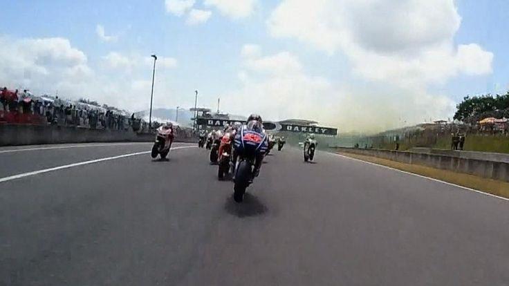 VIDEO - Duels, dépassements à 350km/h, chutes : revivez le GP au coeur de l'action en caméra onboard - Grand Prix d'Italie  vue | 02:41GRAND PRIX D'ITALIE - Duel entre Maverick Viñales (Yamaha Factory) et Andrea Dovizioso (Ducati Team), dépassements à 350km/h, accroch... http://video.eurosport.fr/moto/grand-prix-d-italie/2017/video-duels-depassements-a-350km-h-chutes-revivez-le-gp-au-coeur-de-l-action-en-camera-onboard_vid981324/video.shtml