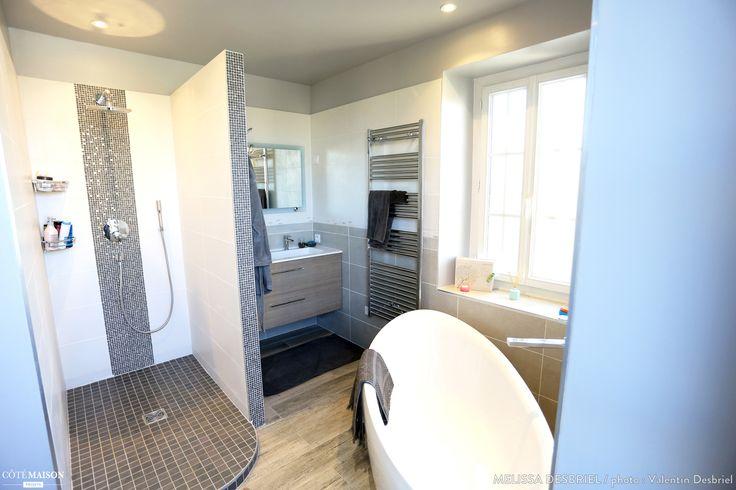 Rénovation d'une salle de Bain dans un style moderne et épuré. Au départ, une salle de bain vieillote et toute en longueur sans vraiment aucun grand intérêt. Le challenge du client, installé dans cet espace atypique, une baignoire, une douche à l'italienne et un meuble double vasque. Le résultat est à la hauteur des espérances avec cette salle de bain moderne, épurée et fonctionnelle !