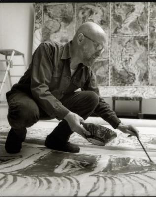 Pierre Alechinsky (1927) In Japan bestudeert hij niet alleen het werk van een aantal bekende Japanse kalligrafen, maar ook hun werkwijze. Bij de Japanners ligt het papier niet op een tafel zoals bij ons gebruikelijk is, maar op de grond. De kunstenaars kunnen zich daardoor makkelijk over het papier heen buigen en geheel vrij bewegen.
