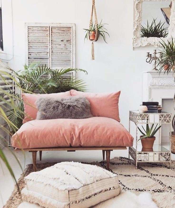 Romantisch urban jungle interieur met blush pink velvet sofa.