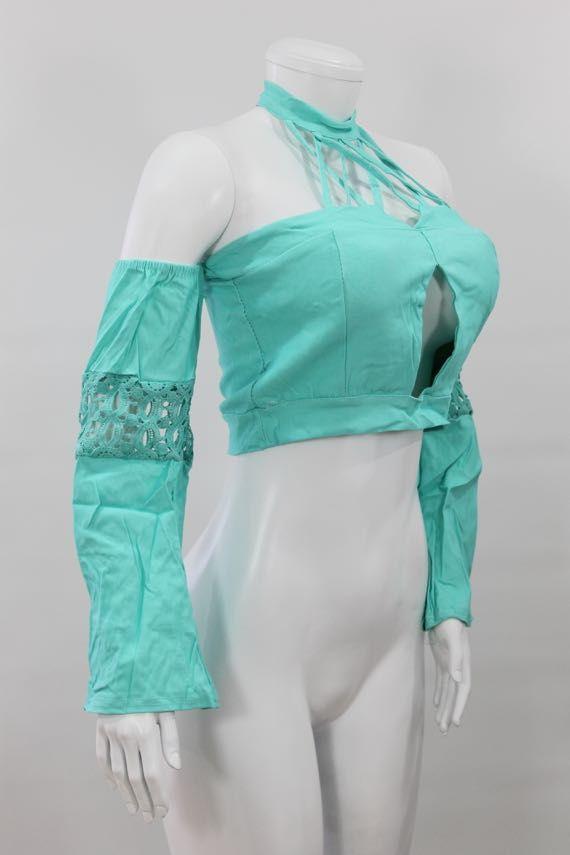 Blusa en algodón semi-licrado, cuello tipo  Bandeja, malla sujetadora,  escote frontal,  manga larga semi-campana  y apliques en crochet. - http://tuvestier.com/producto/blusa-americana-ref-018/