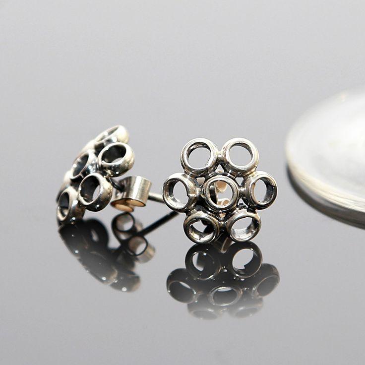 Lengte: 1,5 cm http://www.dczilverjuwelier.nl/zilveren_oorbellen/zilveren-oorbellen-stoer