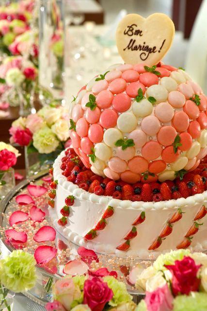 ミル・アンジュ|結婚式場写真「マカロンをふんだんに使ったかわいらしいケーキもオリジナルで。」 【みんなのウェディング】