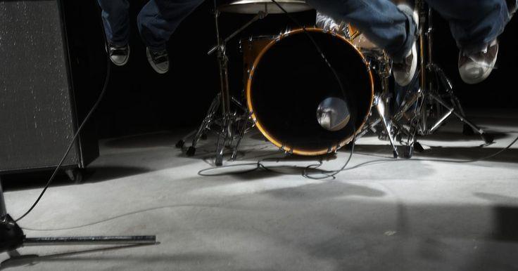 Como usar espuma de isolamento acústico em um estúdio de gravação. Na realidade, é errôneo dizer que o isolamento acústico é exigido para um estúdio de gravação. O isolamento simplesmente evita que sons internos vazem e que sons externos entrem no espaço confinado. Se você está tentando melhorar a acústica de um estúdio de gravação, o que você precisa mesmo é de materiais de absorção de som, que incluem painéis ...