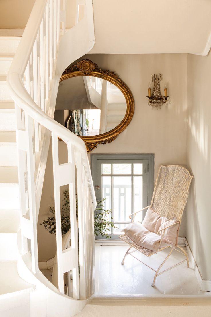 rellano de la escalera en casa de federica&co en novales con un espejo antiguo