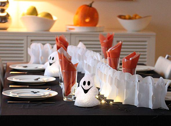 Halloween-juhla lähestyy. Katoimme pöydän hurjan hauskaan juhlaan. Hilpeät haamut ovat sopivan pelottavia pienimmillekin, mutta silti suloisia halloween-pöydän koristajia.Mustasta kartongista leikatut...