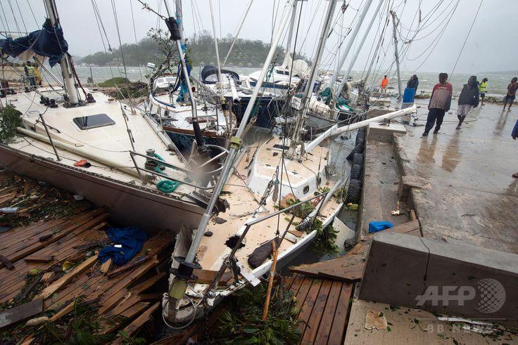 南太平洋の島国、バヌアツの首都ポートビラで、サイクロン「パム」の直撃により被害を受けた船。国連児童基金(ユニセフ)提供(2015年3月14日撮影)。(c)AFP/UNICEF Pacific ▼14Mar2015AFP|大型サイクロンがバヌアツ直撃、数十人死亡の恐れ http://www.afpbb.com/articles/-/3042492