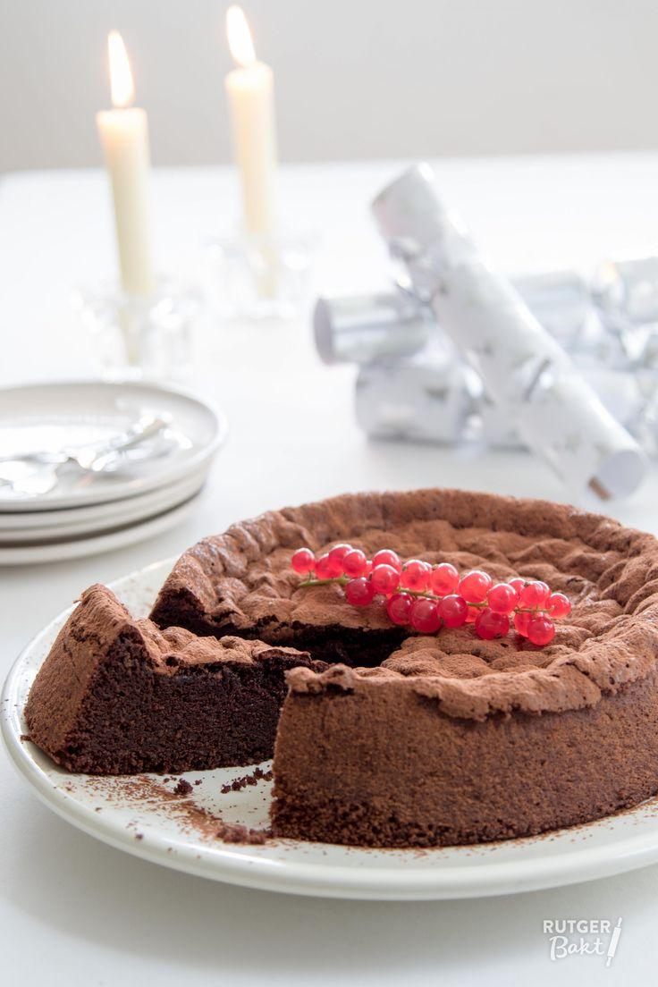 Deze smeuïge cacaofudgecake is behalve heel erg lekker ook nog eens glutenvrij! Perfect als dessert met een bolletje ijs erbij! Het recept is afkomstig uit het boek Life in balance van Donna Hay. In dit boek beschrijft Donna haar visie op eten, met als belangrijkste punt: balans! Natuurlijk heb ik gekozen voor een dessert, maar in het boek vind je verder vooral veel gezonde en uitgebalanceerde recepten. Deze chocoladecake is heel makkelijk om te maken en door iedereen geliefd!  Ingrediënten…