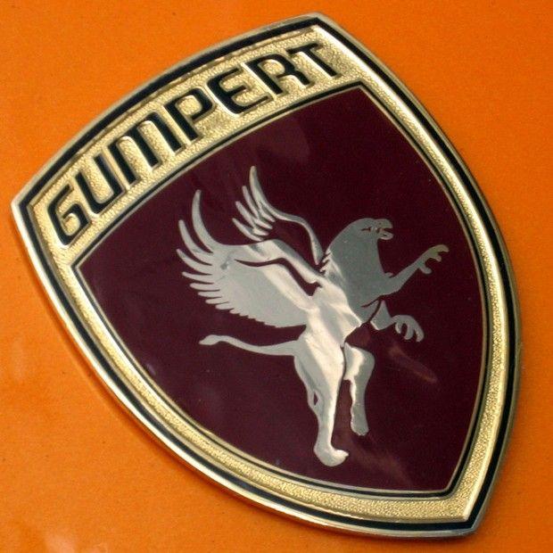 Logo Gumpert - O logo da Gumpert exibe um grifo, que, para a empresa, representa o rei das feras e dos pássaros e seu domínio sobre o céu e terra. É uma referência ao carro Apollo, da própria empresa, e sua velocidade e aceleração aos céus e sua alta performance na terra.