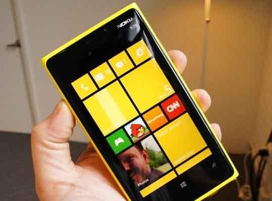 Nokia Lumia 920 Özellikleri Nelerdir?    Son yıllarını sıkıntılı geçiren ancak önceki 15 yıla cep telefonu sektörüne damgasını vuran Nokia Lumia modelleri ile sessizliğini bozdu. Windows 8 desteği ile gelen Nokia Lumia 920 modeli yepyeni bir tecrübe sunuyor. Detay için:http://www.binbirbilgi.org/nokia-lumia-920-ozellikleri-nelerdir/