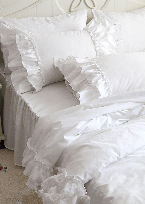 подушки и покрывало с оборками