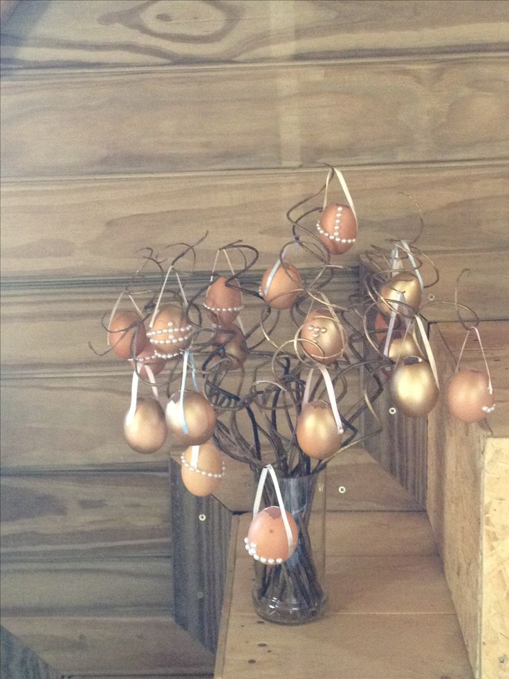 Osterbaum - árvore de Páscoa com galhos rococó e casquinhas de ovos pintadas com tinta spray dourada e decoradas com fita de cetim e pérolas