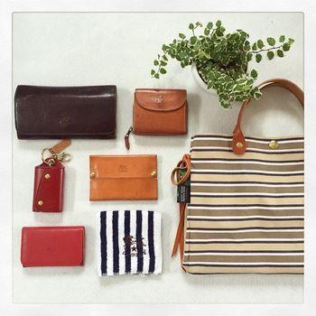 お財布やキーケースなどは、やっぱり上質なレザーアイテムが人気です。かばんの中身がレザー製品で揃っていると素敵ですね。その中でも、やはりイルビゾンテ率が高いみたいです。