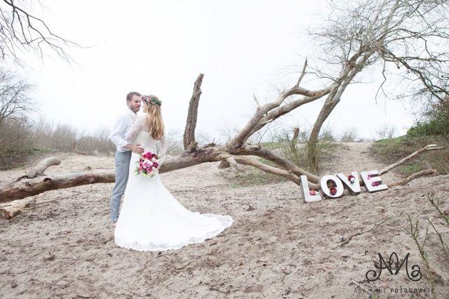 Bohemian Summer bruidegom & bruid Tim en Stephanie Akkerman love on the beach.