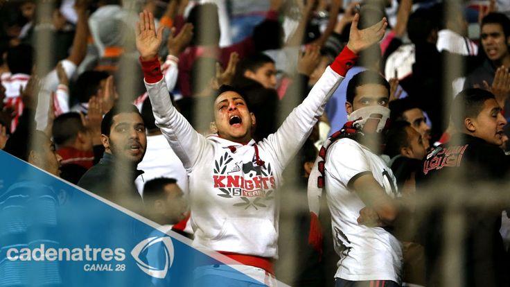 Mueren 22 aficionados por disturbios en partido de fútbol en Egipto