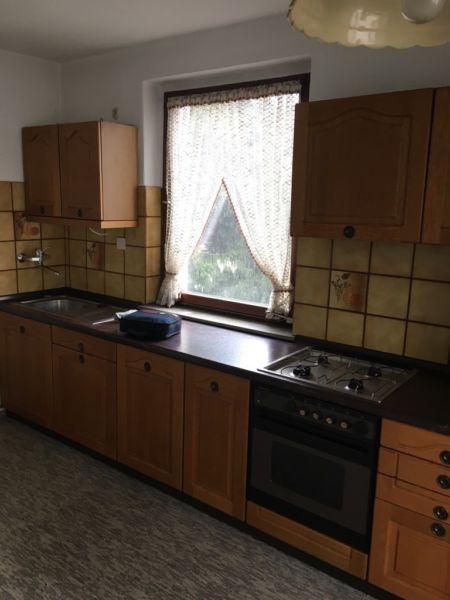 Hier wird eine echt Holz Küche verkauft. Dazu gibt es einen Einbau Kühlschrank und einen Elektroherd mit koch Platten, und eine Dunstabzugshaube. Die Küche ist bereits abgebaut und kann problemlos mitgenommne werden.Lieferung nach Absprache möglich.