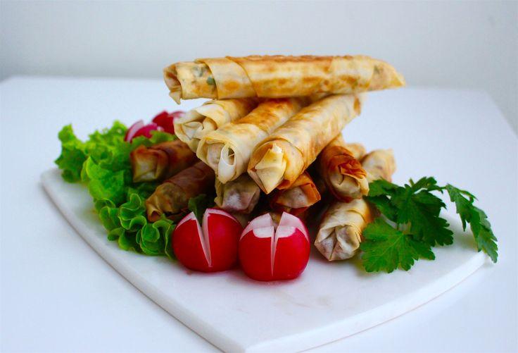 Frasiga ostrullar som är ett givet tillbehör på mezzabordet. Goda att servera som en förrätt eller som tillbehörmaten. Ett givet tillbehör på mezzabordet. Recept på borekrullar med köttfärs hittar du HÄR! Ca 25 st ostrullar 350 g yufkadeg (se bild för tips) eller 500 filodeg 300 g fetaost 150 g riven ost 1,5 msk torkad mynta 1 dl finhackad persilja 1 tsk paprika- eller chilipulver Smet för att hålla ihop rullen med (kan ersättas med ägg): 1 msk majsstärkelse 1 msk vatten Stekning: Rapsolja…