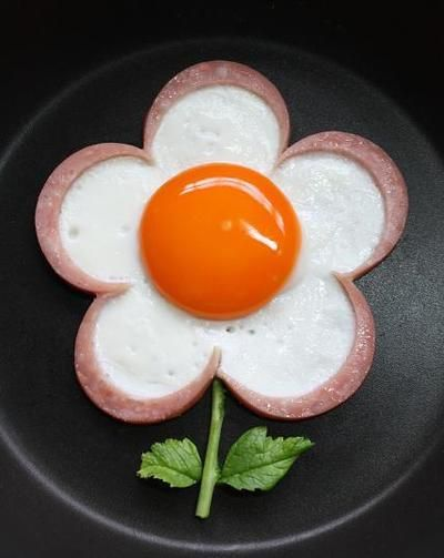 """Ham Egg Flower- just cut ham in flower shape, place on skillet and cook egg in your """"mold""""!"""