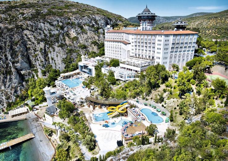 Hotel Adakule is een 5 sterren hotel op een mooie locatie direct aan het strand en op ca. 3 km van het centrum van Kusadasi. Het hotel heeft een lobby met receptie, liften, internetcafé, minimarkt kiosk, boutiek, kapper, wasserijservice, buffetrestaurant, à la carte restaurant, snackbar, diverse bars, waaronder een poolbar en een beachbar. Drie buitenzwembaden, waarvan 1 kinderbad, 1 binnenzwembad. 24 uur per dag roomservice. Officiële categorie *****