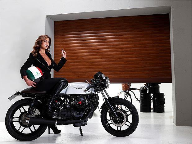 Porte garage: la sicurezza può essere anche bella. Barbara Amerigo posa per Officine Locati, su Moto Guzzi hand made by Fratelli Brambilla.