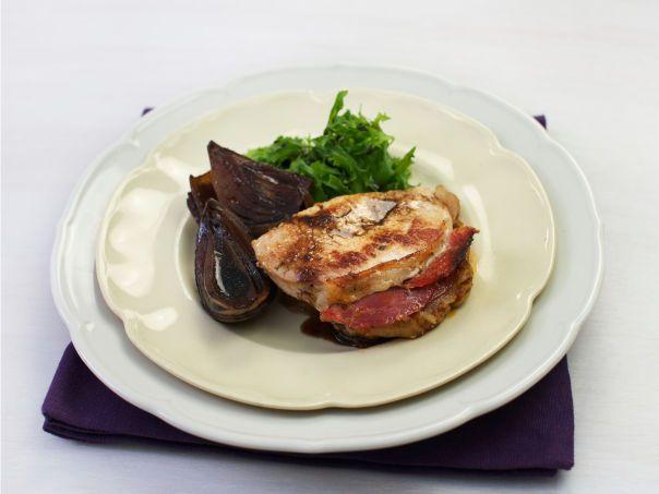 Fylte svinekoteletter med balsamicobakt løk og salat