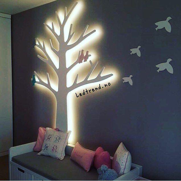 Noen LED-striper og sim-sala-bim så har stuen fått seg ett lysende tre .. #ledtrend #ledstriper #interiør #interiordesign #interior #interiors #hjem #pynt #inspirasjon #inspirasjontilhjemmet #hjemmepynt #interiør123