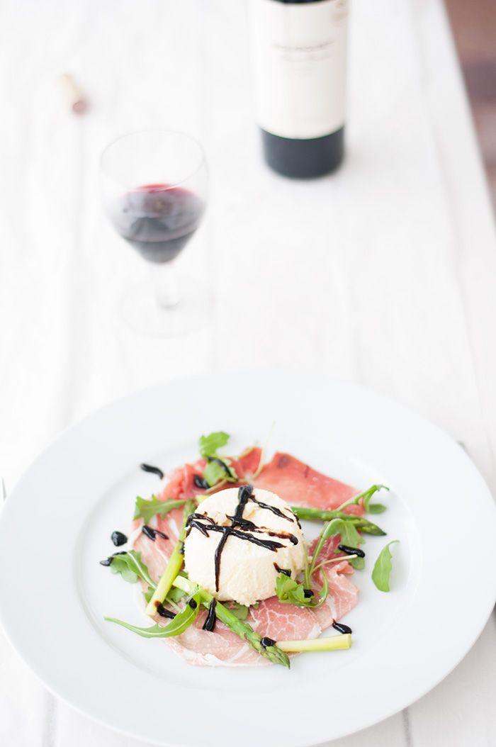 Parmesanmousse med parmaskinka och späd grön sparris