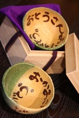 http://saideigama.com/taiken_meotocyawan_orihime.html 手作り陶芸 青山と行徳に教室 制作時間:約90分(10分説明、10分作品選び、70分制作) ・制作物:(お一人で)大小の夫婦茶碗二つ(一組)。 ・制作費用:14000円(講師料、材料費、桐箱代、など込み)* ・作品が出来上がるまでには14日(2週間)*かかります。