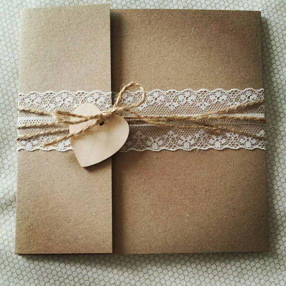 * PROBE ANGEBOT NUR * Dieses Angebot ist für eine pocketfold Hochzeitseinladung mit zarter Spitze, mit Schnur gebunden und fertig mit einem süßen Herz aus Holz. Dies kommt komplett mit einem Porto-Umschlag, RSVP-Karte & ein Rückumschlag. Die pocketfold kann geändert werden, um