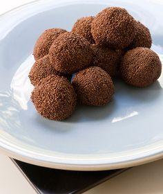 Σοκολατάκια με ταχίνι 250 γρ. κουβερτούρα με 50%-55% κακάο 250 γρ. ταχίνι 50 γρ. γλυκόζη 50 γρ. μαύρο ρούμι τρούφα για επικάλυψη