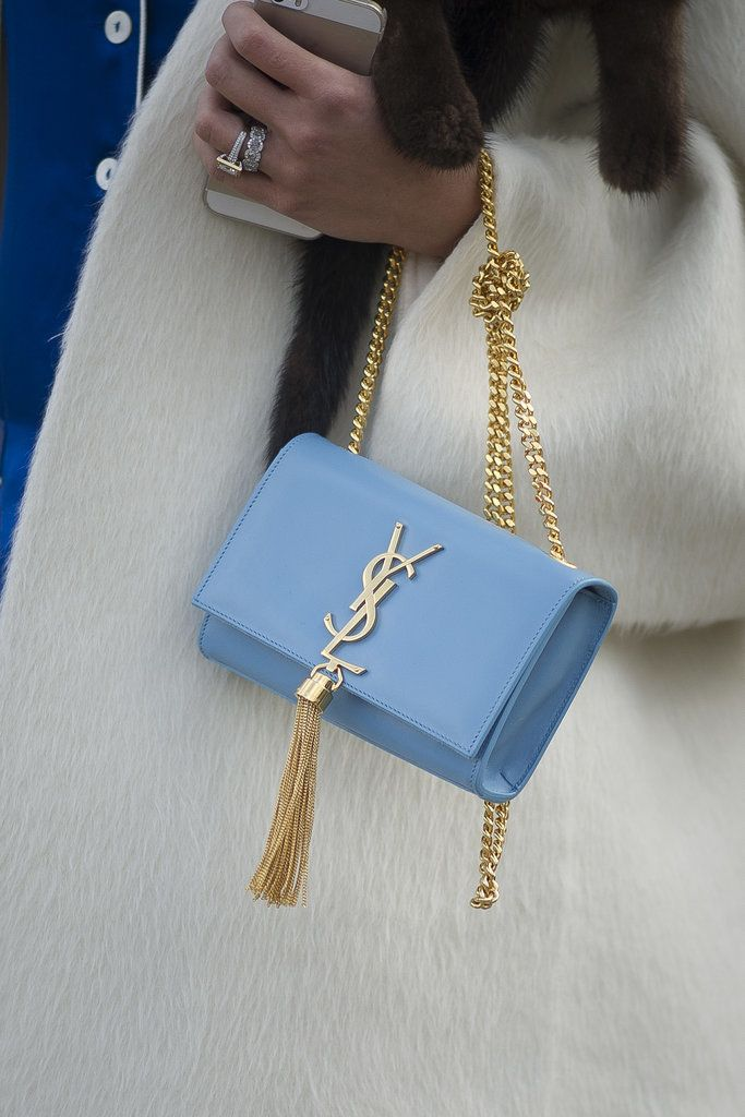 Pochette bleu ciel de Saint Laurent, pour accompagner toutes vos fourrures avec distinction ! www.leasyluxe.com #fashionstyle #luxurybag #leasyluxe
