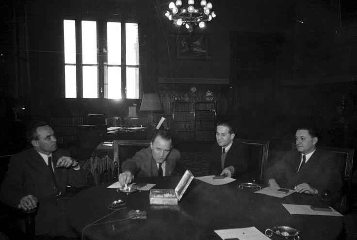 Elnyomás. Kádár, Rajk és Dobi a Rendőrség újjászervezésében kiemelkedő munkát végzett személyiségek kitüntetési ünnepsége után 1948-ban.  Fotó: Bauer Sándor / MTI