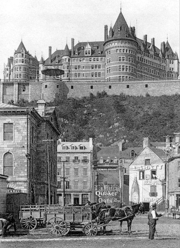 Le château Frontenac, vu de la rue du marché champlain en basse-ville, à Québec, au début des années 1900. La tour centrale du château n'est pas encore construite. Elle le sera dans la première moitié des années 1920.