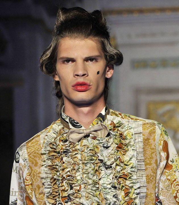 No polêmico desfile do Jeremy Scott pra Moschino, o ar de nobreza do século 18 apareceu nos penteados dos modelos!