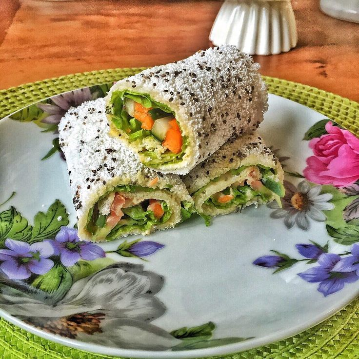 Wrap de tapioca vegano 🌯🌯🌯🌯🌯🌯🌯🌯 🌱Tapioca com chia 🌱Homus 🌱Pepino fatiado 🌱Cenoura fatiada 🌱Tomate fatiado 🌱Alface  É só montar e enrolar 😋😋😋 #vegetarian #vegetariano #vegetarianfood #comidavegetariana #vegano #vegan #veggies #veganfoodshare #veganfood #veganfoodporn #veganfitness#instafitness #instahealth #instafood #instafood #instafoodporn #tapioca #chia #homus #food #foodbeast #dailyfoodfeed #detox #paleofriendly #paleolifestyle #paleofood #paleo#goodfood #delicius…