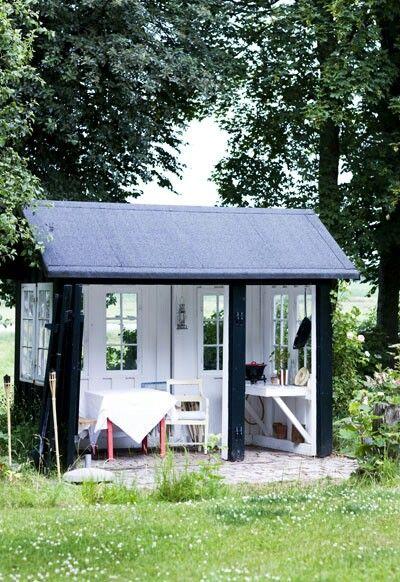 Superidee: maak in de zomerperiode van een kleine schuur je favoriete, overdekte terras. Schilder de buitenkant met zwarte buitenverf en de binnenkant wit om het op te lichten.