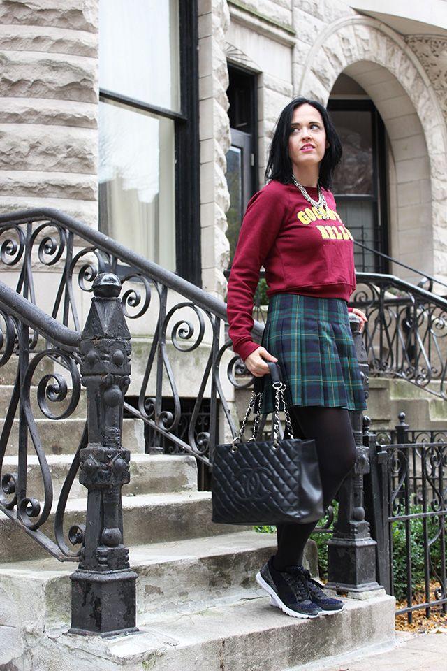 Stile collegiale: gonna scozzese e felpa con scritte