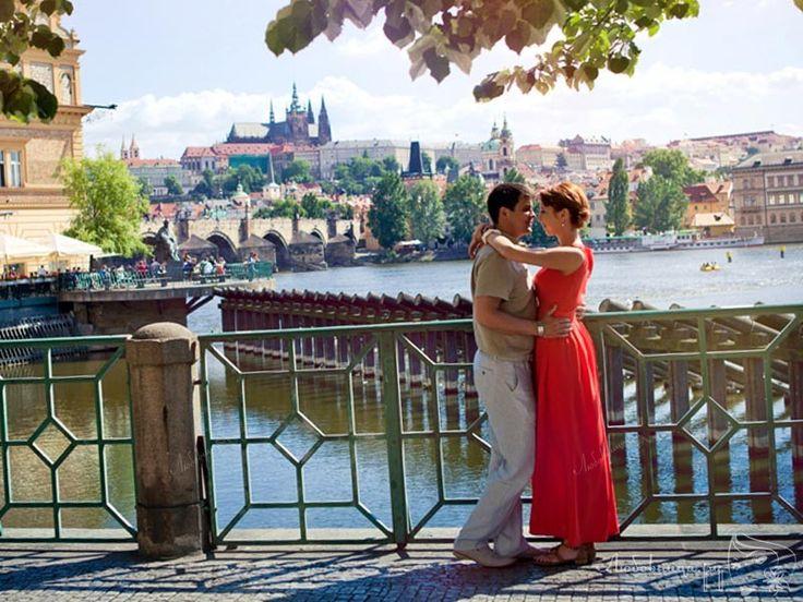 Первый и самый важный вопрос для большинства девушек, собирающихся на первое свидание: что надеть, чтобы произвести приятное впечатление на мужчину. http://ogate.ru/svidaniya/301-v-chem-idti-na-pervoe-svidanie.html
