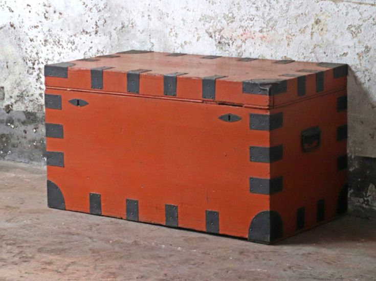 This is a lovely vintage painted pine storage trunk that could be used as a blanket chest. #vintage #vintagefurniture #homedecor #homestyle