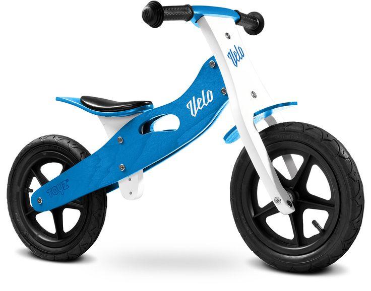 Bicicleta de niños sin pedales de madera de color azul. El regalo ideal. …