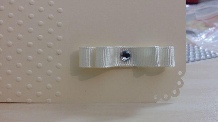 Detaliu colt pentru invitatie nunta si botez - hartie 250g Canson (nuanta ivoire) - embossed: dots - colturi decupate - funda satin (nuanta ivoire) - medalion tiparit, culori Copic, decupare scallop