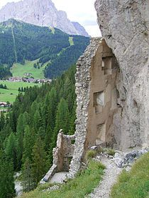 Burg Wolkenstein ruine- Die SudTirol. The ruin is situated at the confluence of the Vallunga Val Gardena over 1,600 meters high in the rock wall of Stevia. The small castle was in the custody of the transition over the Passo Gardena Gadertal an important strategic function.