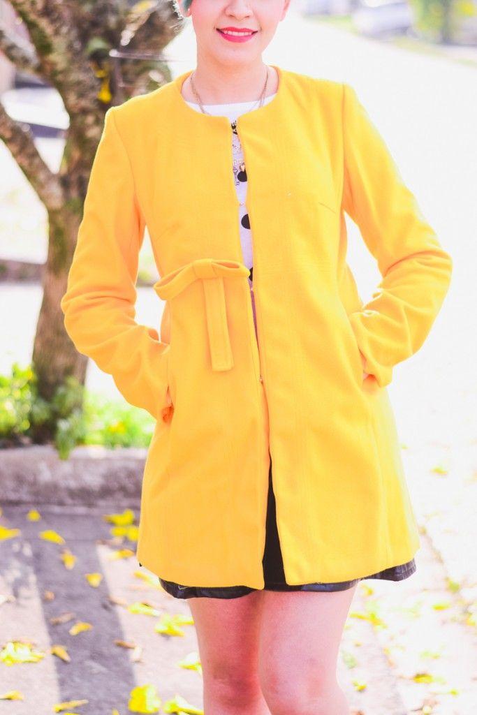 Look: casaco amarelo, suéter de bolinhas e sapatilha de gatinho