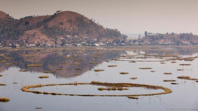 Hồ Loktak, Ấn Độ. Hồ thấp thoáng nhiều đảo trôi nổi (phumdi): đó là các khối lớn các thảm thực, đất và các chất hữu cơ khác kết gắn với nhau. Phumdi lớn nhất phủ rộng tới hơn 40 cây số vuông. Rất đa dạng về sinh học, hồ là nơi có những loài động vật bị đe dọa tuyệt chủng như trăn ́n Độ và vượn hoolock. Hồ cũng là nơi cấp nước cho một dự án thủy điện.
