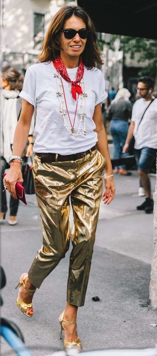 muuuito a minha cara: calça dourada com camiseta branca, sandália também dourada e muitos acessórios!