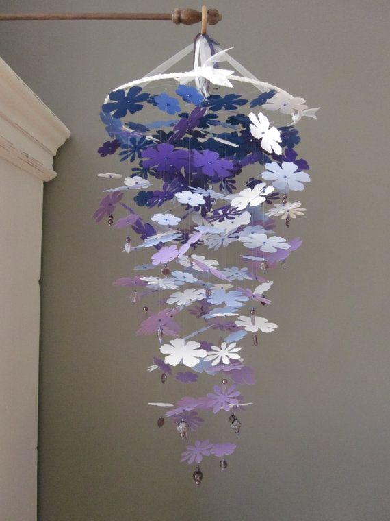 Paper flower nursery mobile --- Gave kinderkamer mobiel gemaakt met papieren bloemen in paars en blauw tinten --- Op de babykamer of een schattige meisjeskamer