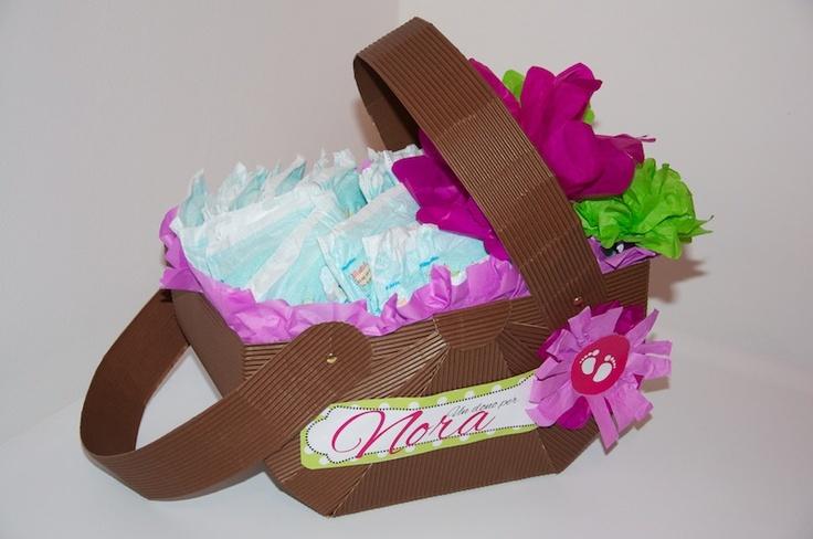 cestino di carta contenente 25 pannolini e un buono regalo! un dono per una splendida bambina