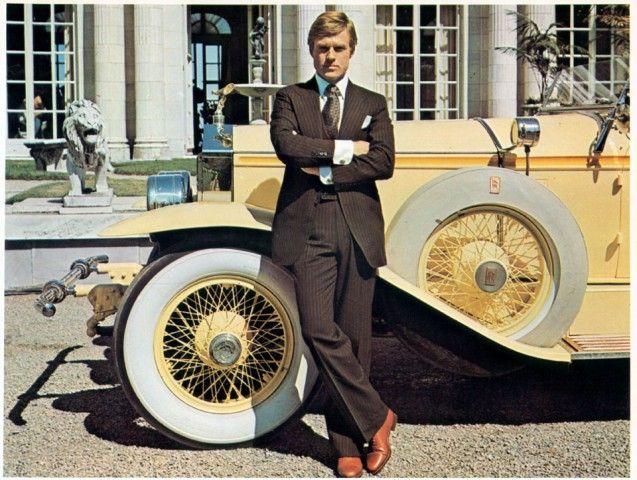 1974. Redford in una scena de Il grande Gatsby (The Great Gatsby), di Jack Clayton, tratto dall'omonimo romanzo di Francis Scott Fitzgerald. Elegante ambientazione anni '20, per la storia infelice di Gatsby, ex gangster divenuto miliardario, che non riesce a dimenticare Daisy, la ragazza per cui è diventato ricco. Lei non lo ha aspettato e ha sposato un altro.